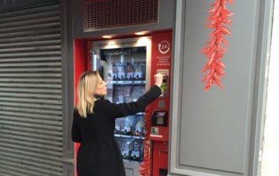 AU 120, rue de Charonne (11e), la boucherie basque ??L?ami Txulette?? a mis ce mercredi en service le premier distributeur automatique de viande parisien (le cinquieme en France) ouvert a toute heure.